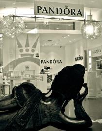 Buddha and Pandora, Frankfurt Myzeil 2011